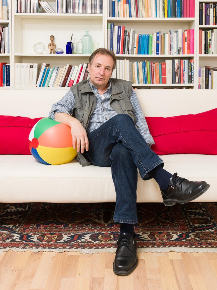 Alois Hotschnig, Autor, auf dem Sofa